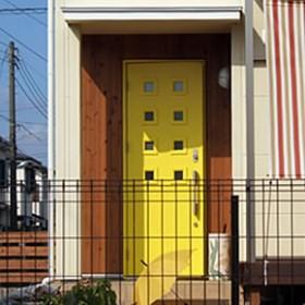レモンイエローの玄関ドア