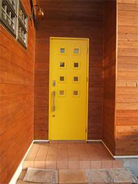 イエローの玄関ドア