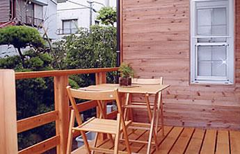 柿渋塗の杉板壁とウッドデッキ